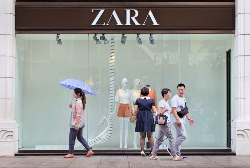 De mensen gaan een Zara-afzet, Shanghai, China over stock foto