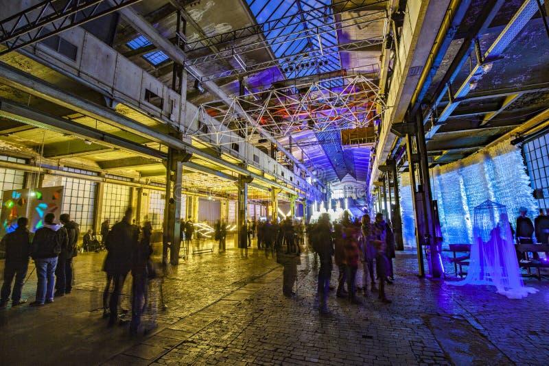 De mensen genieten van binnen lettend op lichte voorwerpen bij nacht tijdens Luminale stock fotografie