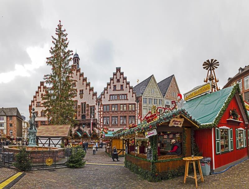 De mensen genieten van de Kerstmismarkt in Roemer stock afbeelding
