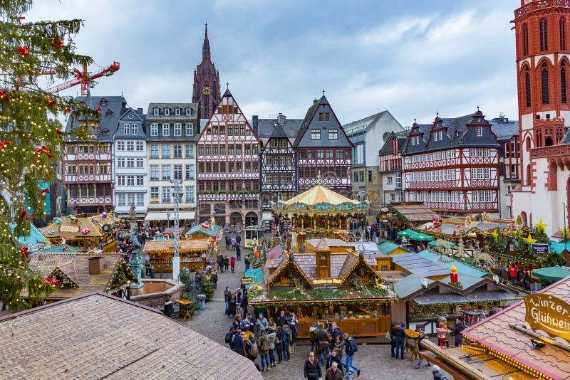 De mensen genieten van de Kerstmismarkt in Roemer royalty-vrije stock fotografie