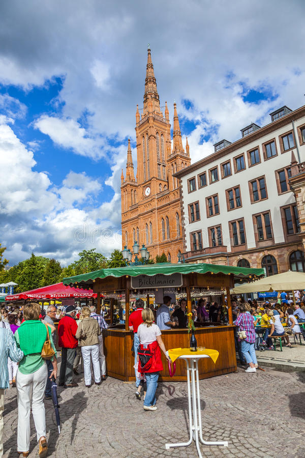 De mensen genieten van de markt op centrale marktplaats in Wiesbaden stock foto's