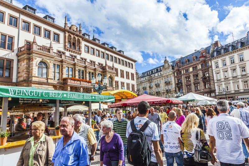 De mensen genieten van de markt op centrale marktplaats in Wiesbaden royalty-vrije stock foto