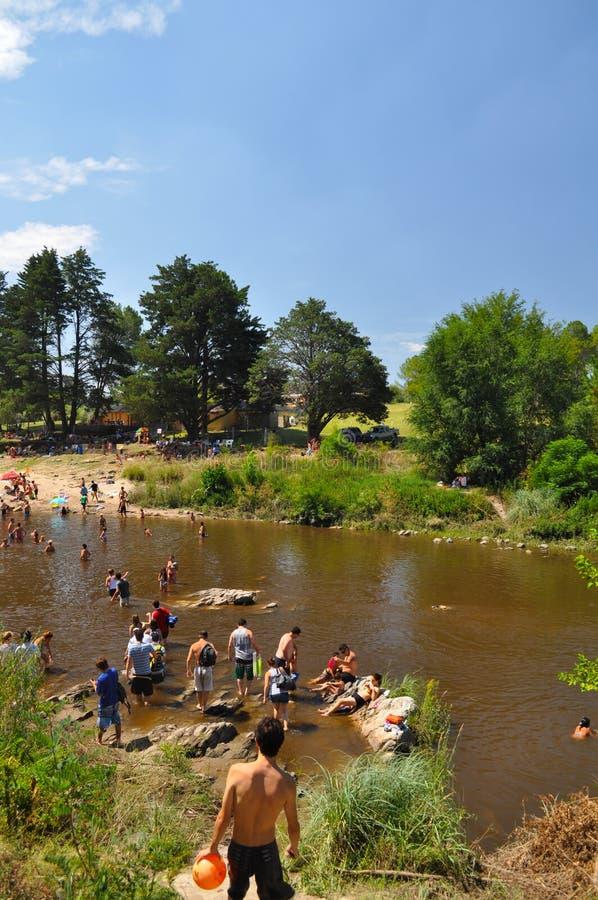 De mensen genieten van het strand in een rivier van Villa Algemene Belgrano, Cordoba, Argentinië stock foto