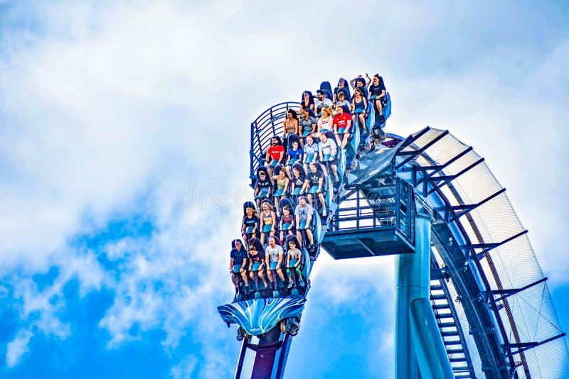 De mensen genieten van trillingen voor rit van de Mako-achtbaan in pretpark in Seaworld op Internationaal Aandrijvingsgebied 6 royalty-vrije stock afbeelding