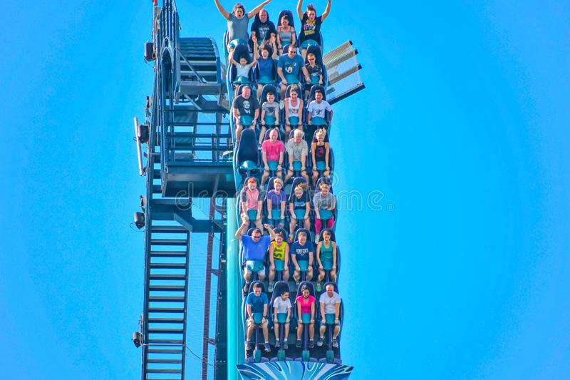 De mensen genieten van trillingen voor rit van de Mako-achtbaan in pretpark in Seaworld op Internationaal Aandrijvingsgebied 4 royalty-vrije stock fotografie