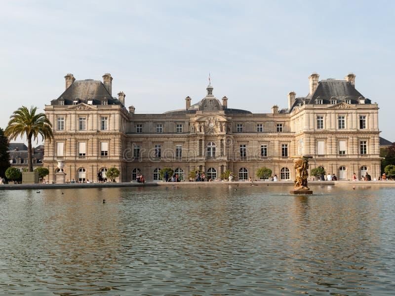 De mensen genieten van zonnige dag in de Tuin van Luxemburg in Parijs royalty-vrije stock afbeeldingen