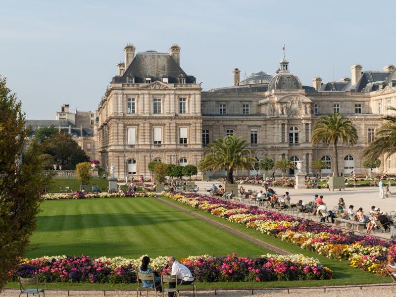 De mensen genieten van zonnige dag in de Tuin van Luxemburg in Parijs royalty-vrije stock fotografie