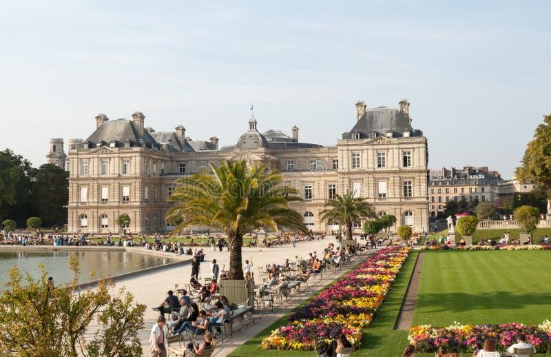 De mensen genieten van zonnige dag in de Tuin van Luxemburg in Parijs stock afbeeldingen