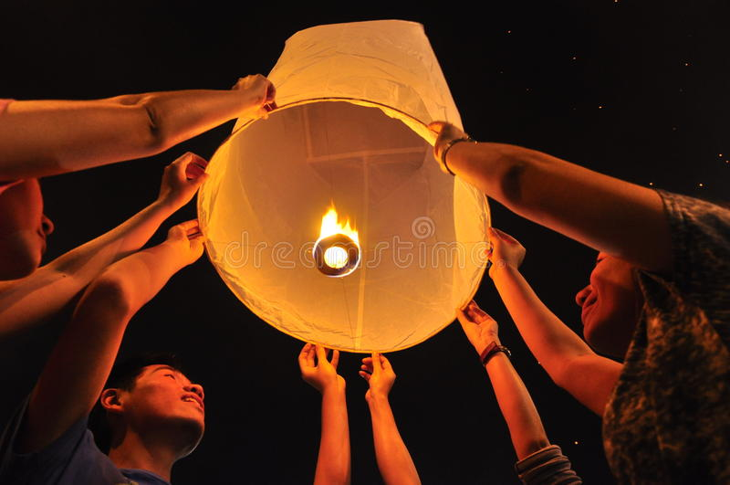 De mensen geven de lantaarn vrij royalty-vrije stock fotografie