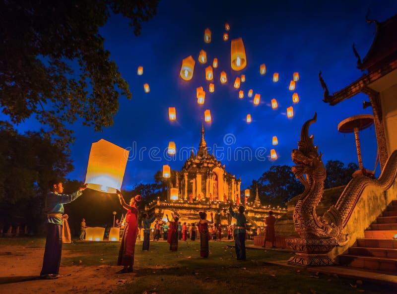 De mensen geven Khom Loi, de hemellantaarns in Wat Phra Yuen vrij stock foto