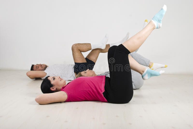 De mensen groeperen het doen van oefeningen voor benen royalty-vrije stock fotografie