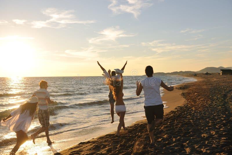 Twee Meisjes Die En Pret Op Het Strand Glimlachen Hebben