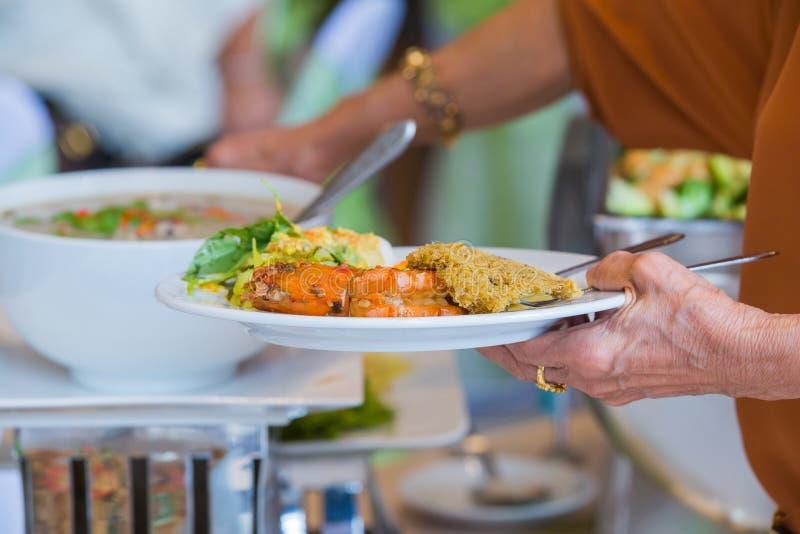 De mensen groeperen het voedsel van het cateringsbuffet binnen royalty-vrije stock foto