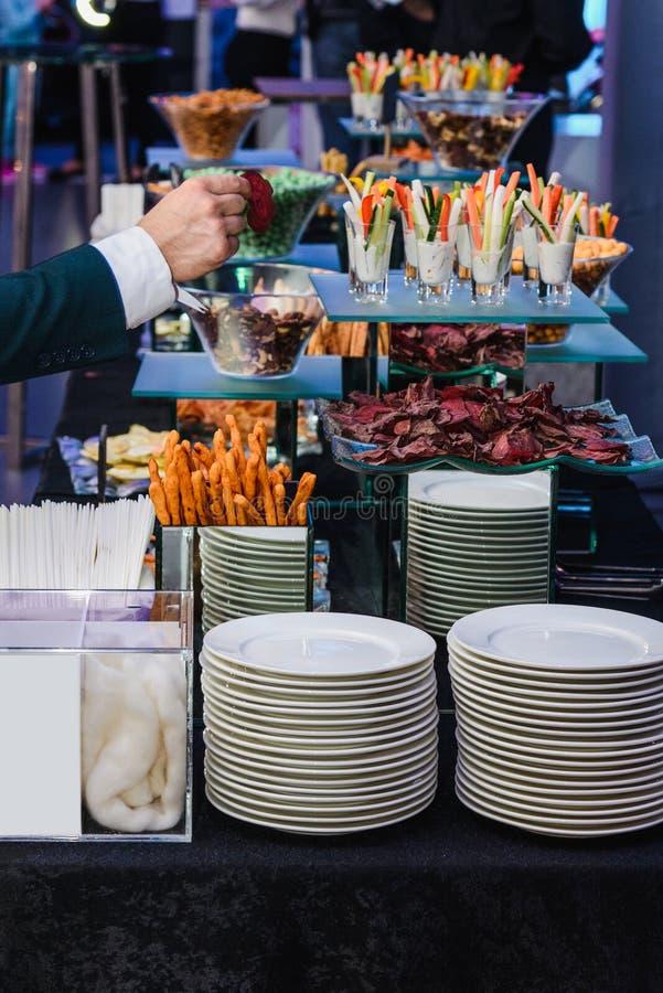 De mensen groeperen het voedsel van het cateringsbuffet binnen in luxerestaurant met vlees kleurrijke vruchten en groenten royalty-vrije stock foto