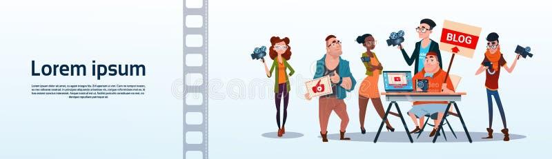 De mensen groeperen Videoblogger de Online Stroom Blogging Concept intekent royalty-vrije illustratie