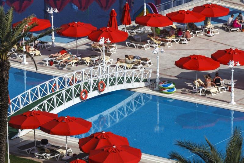 De mensen hebben een rust bij het IC-zwembad van de de Familietoevlucht van Hotelssantai dichtbij Antalya, Turkije stock fotografie