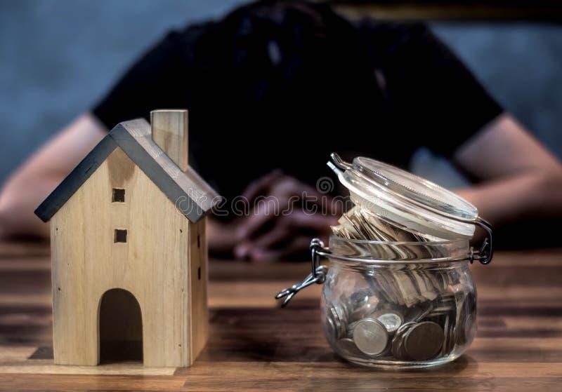 De mensen hebben problemen met huisschuld, onroerende goederen Huisvesting, kopen een flat royalty-vrije stock afbeeldingen