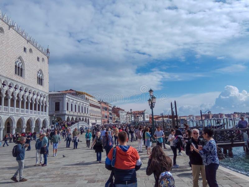 De mensen in Heilige merken vierkant, Venetië stock afbeelding