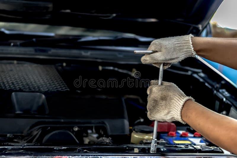De mensen herstellen een autogebruik stock afbeeldingen