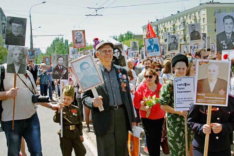De mensen houden portretten van hun verwanten in het actie` Onsterfelijke regiment ` op Overwinningsdag in Volgograd royalty-vrije stock afbeeldingen