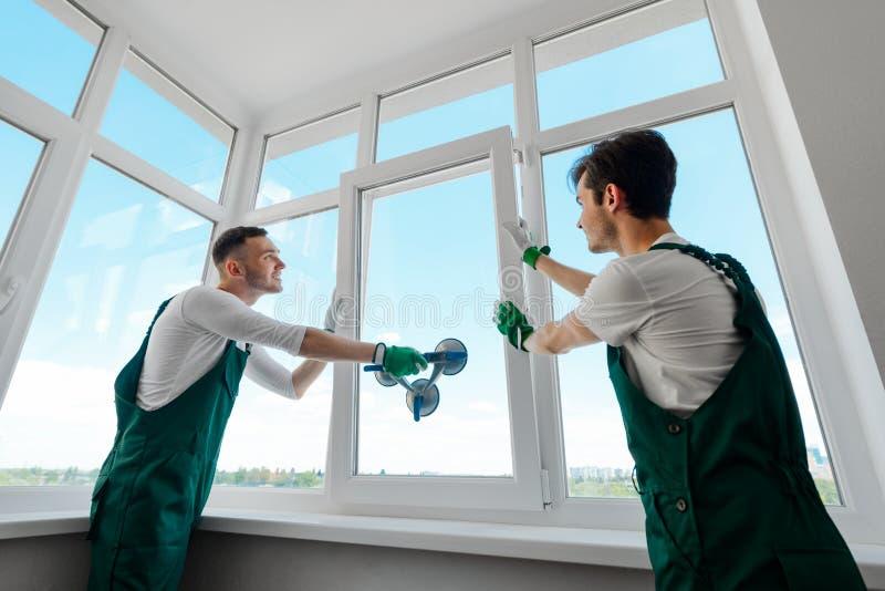 De mensen installeren een venster royalty-vrije stock fotografie
