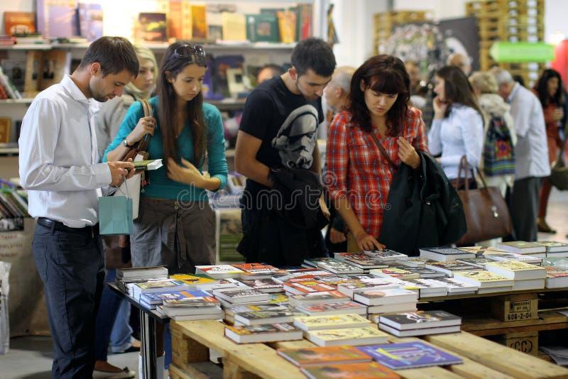De mensen kiezen de boeken bij festival