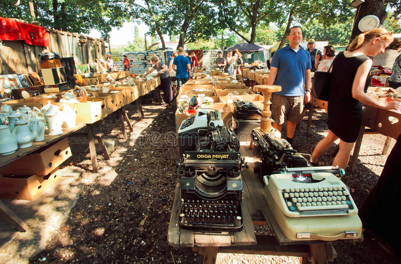 De mensen kiezen uitstekende schrijfmachines en cookware stock foto's