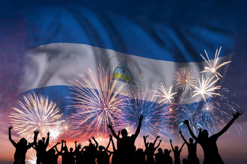 De mensen kijken op vuurwerk en vlag van Nicaragua royalty-vrije stock afbeelding
