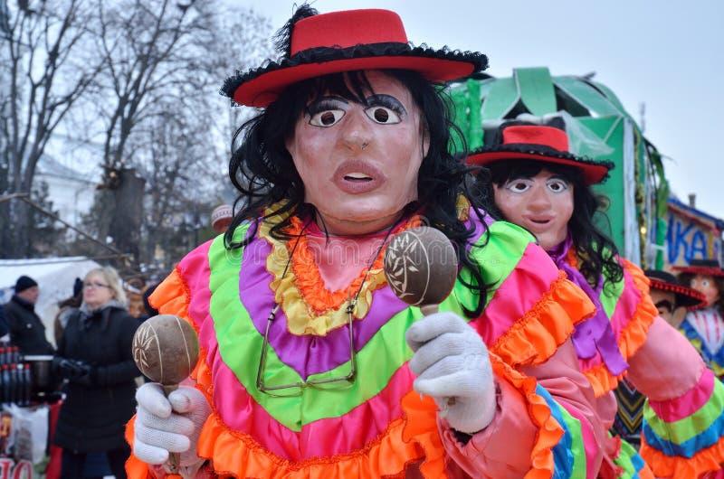De mensen kleedden zich aangezien het Mexicaanse vrouw dansen en het spelen maraca bij traditionele Pereberia-middelen 'carniva v stock foto's