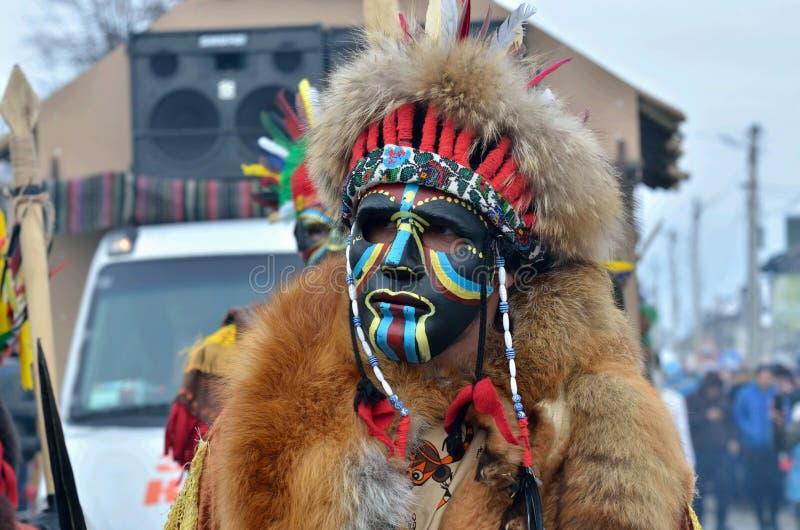 De mensen kleedden zich als Afrikaanse strijders met haardecoratie en de dierlijke huiden bij traditionele Pereberia-middelen 've royalty-vrije stock afbeelding