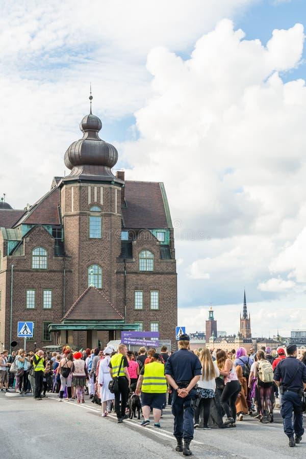 De mensen kleedden zich omhoog aangezien de zombieën aan de jaarlijkse parade van de Zombiegang in Stockholm, Zweden deelnemen royalty-vrije stock fotografie
