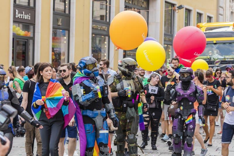 De mensen kleedden zich omhoog in de kostuums dat van het HALOpantser van Microsoft bijwonend de Gay Pride-parade ook als Christo royalty-vrije stock fotografie