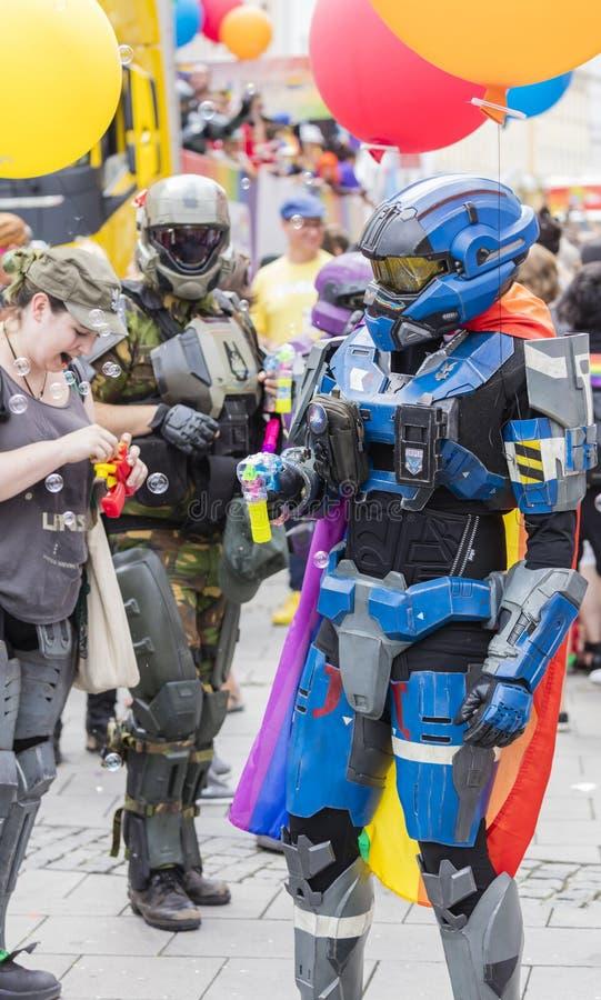 De mensen kleedden zich omhoog in de kostuums dat van het HALOpantser van Microsoft bijwonend de Gay Pride-parade ook als Christo royalty-vrije stock foto