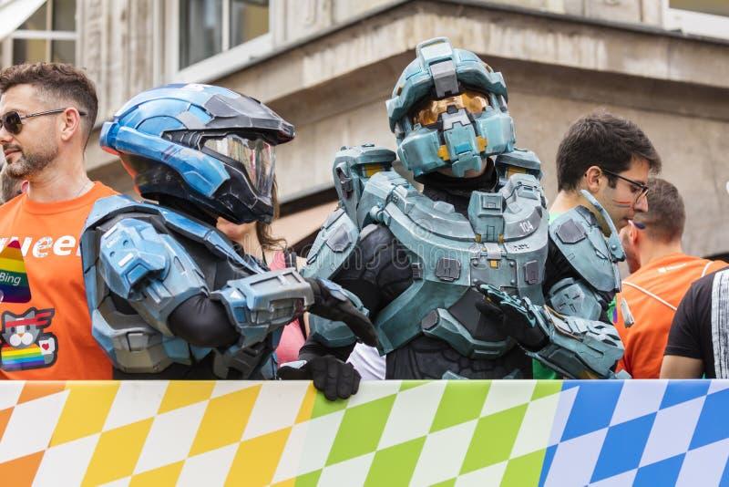 De mensen kleedden zich omhoog in de kostuums dat van het HALOpantser van Microsoft bijwonend de Gay Pride-parade ook als Christo royalty-vrije stock afbeeldingen