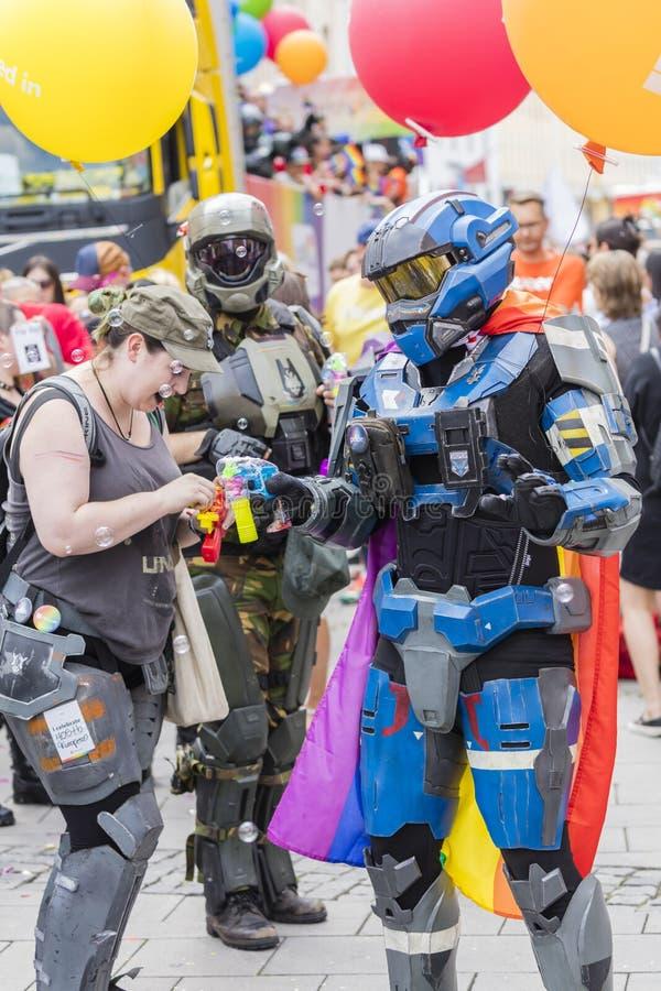 De mensen kleedden zich omhoog in de kostuums van het HALOpantser van Microsoft bijwonend de Gay Pride-parade die ook als Christo royalty-vrije stock afbeelding