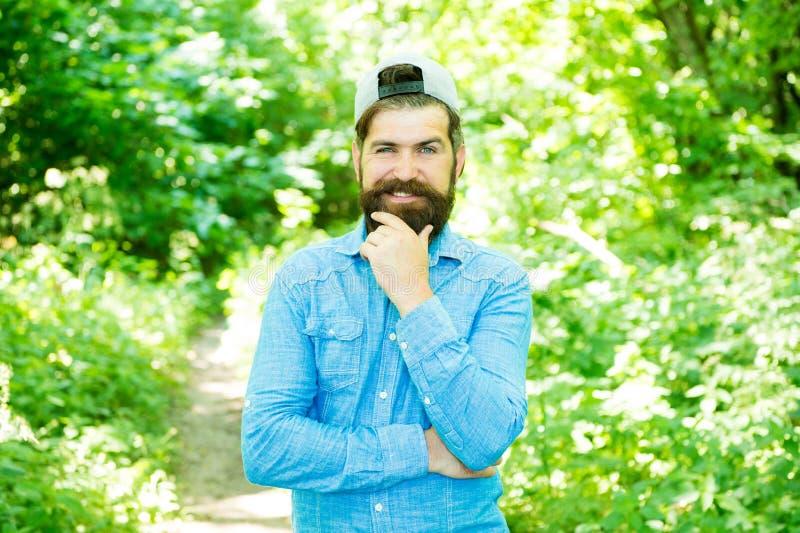 De Mensen knappe gebaarde kerel van de Ecoactivist in zonnig bos dat met milieu wordt verenigd Ga groen denken vers De Dag van de stock foto's