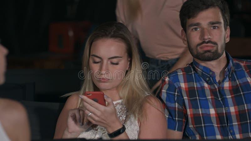 De mensen komen in concertzaal zitten als voorzitter, ervarend verschillende emoties stock fotografie