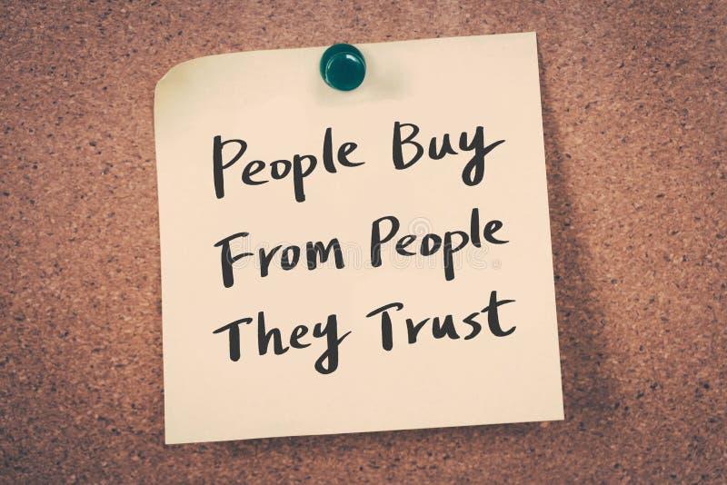 De mensen kopen van mensen die zij hebben vertrouwd op royalty-vrije stock foto's