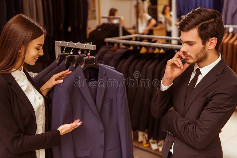 De mensen in kostuum winkelen royalty-vrije stock foto