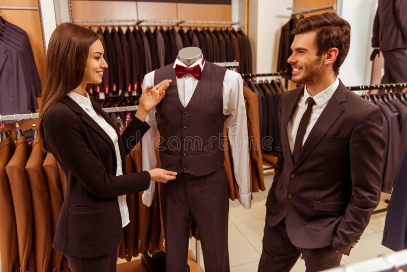 De mensen in kostuum winkelen stock afbeeldingen