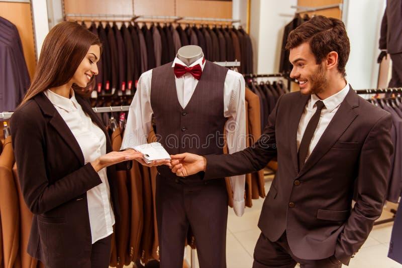 De mensen in kostuum winkelen royalty-vrije stock fotografie