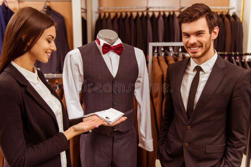 De mensen in kostuum winkelen royalty-vrije stock afbeeldingen
