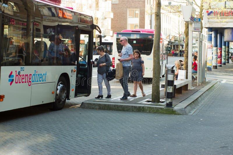 De mensen krijgen op de bus stock fotografie