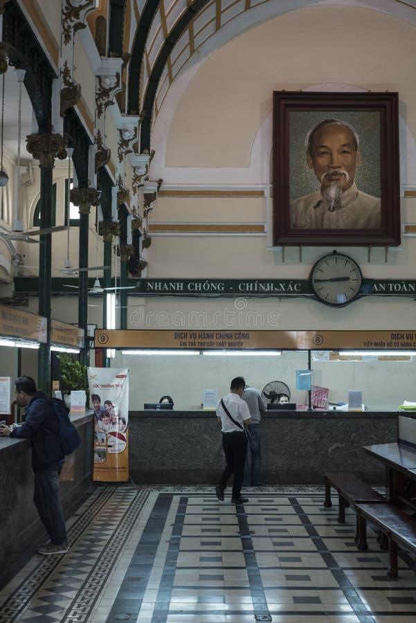 De mensen leiden hun post bij het postkantoor in Ho Chi Minh City, Vietnam stock foto