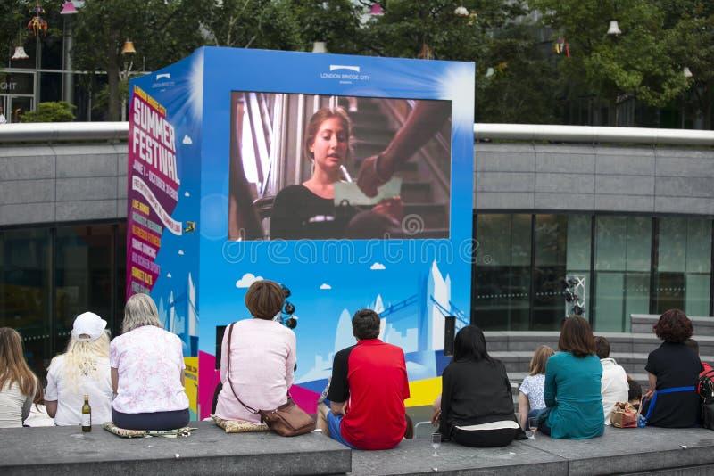 De mensen letten op film bij de straat dichtbij Zuidenbank De zomerfestival in Londen stock afbeeldingen