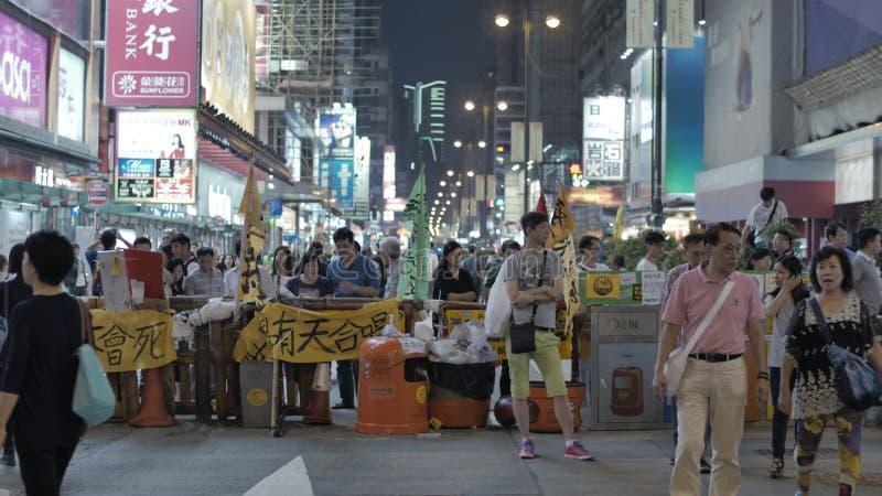 De mensen lezen het artikel bij Paraplurevolutie in Monkok, Hong Kong stock foto's