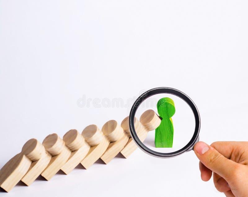 De mensen in lijn vallen als domino's De groene mens houdt de daling tegen royalty-vrije stock afbeelding