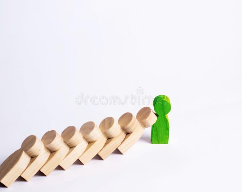 De mensen in lijn vallen als domino's de groene mens houdt de val van mensen als domino's tegen Het concept duurzaamheid en sterk stock afbeelding