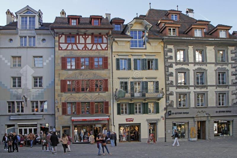 De mensen lopen door Kornmarkt in Luzern royalty-vrije stock fotografie