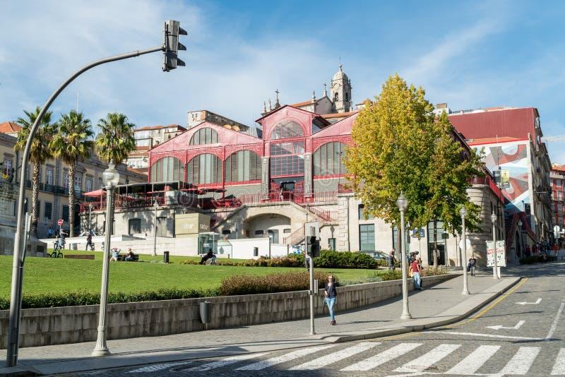 De mensen lopen door Mercado Ferreira Borges in Porto, Portugal stock afbeeldingen